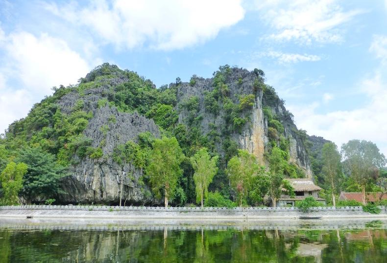 Поездка на бамбуковой лодке в Tam Coc по реке Ngo Dong