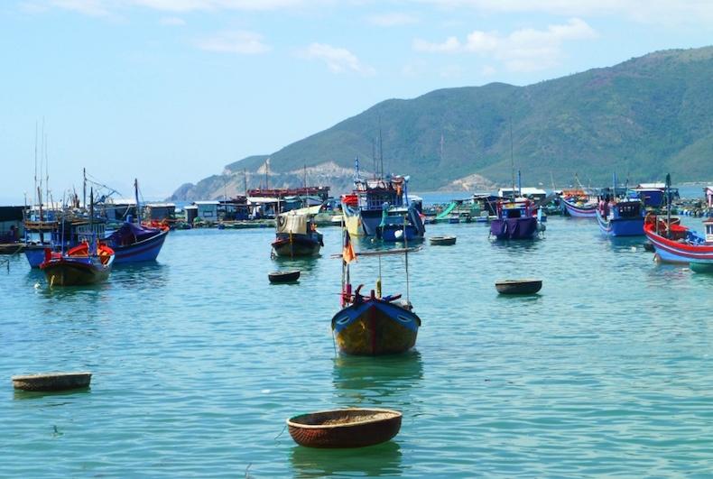 Рыбацкая деревня, на переднем плане бамбуковые круглые лодки