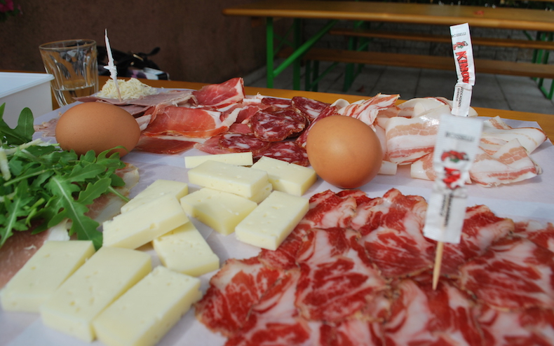 осьмицца, вино, прошутто, сыр, яйца