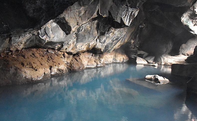 озеро Мивант, пещера Джона Сноу, развалы плит, Исландия, пейзаж