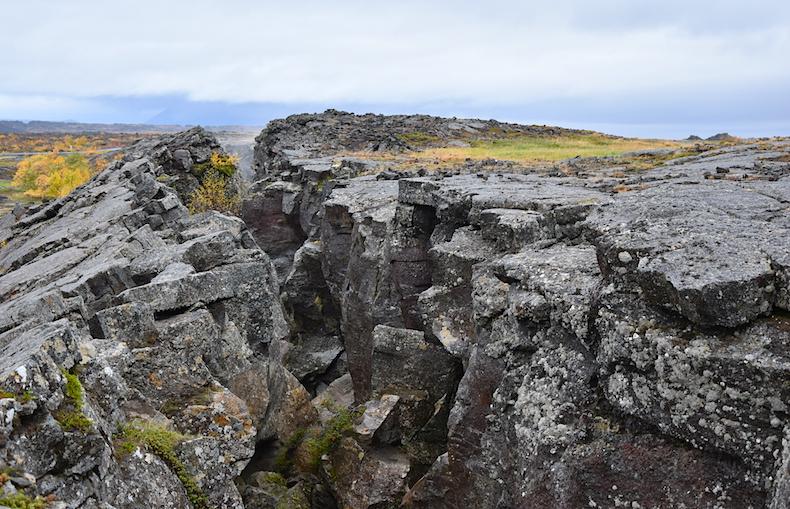 Grjótagia озеро Мивант, пещера Джона Сноу, развалы плит, Исландия, пейзаж