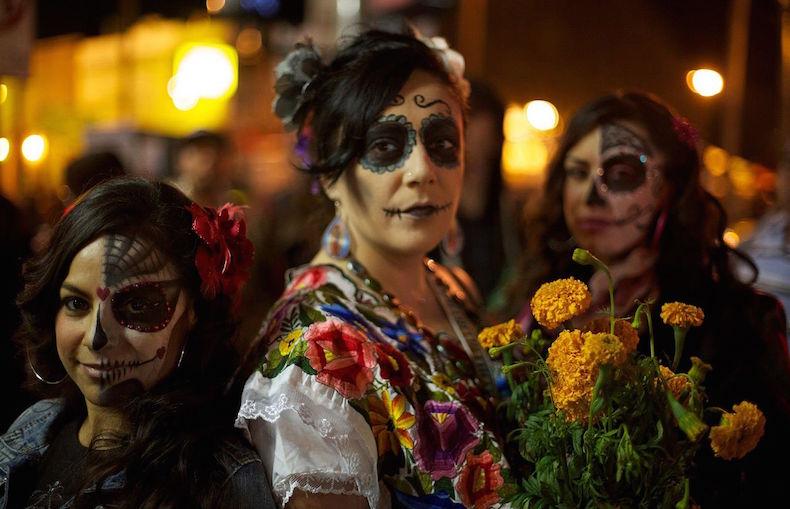 День Мертвых в Мексике dia_de_los_muertos_celebration_in_mission_district_of_san_francisco_ca