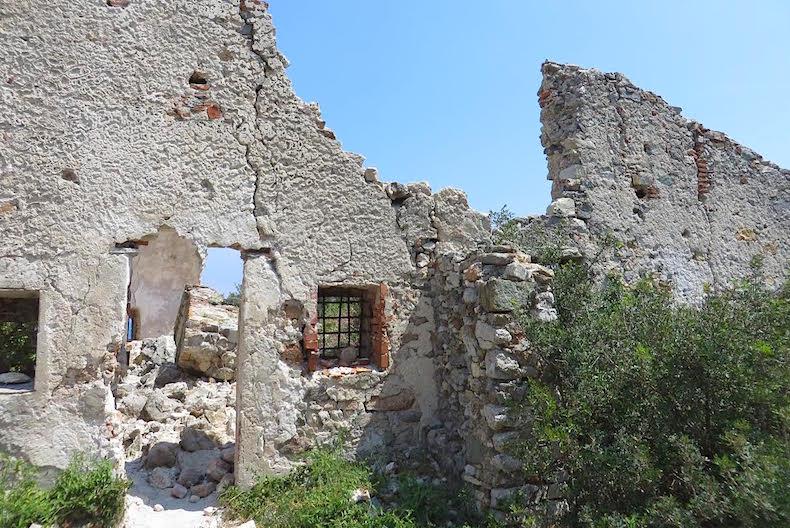 руины церкви Святой Джулии и Святой Маргариты, Ноли, ИТалия