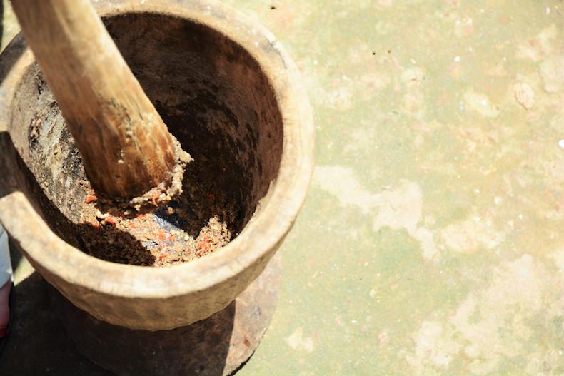 приготовление приправы в Гамбии