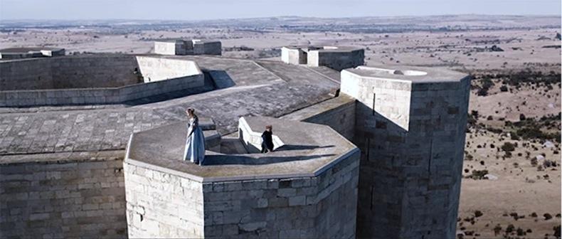 scena-castel-del-monte-tale-of-tales-terrazzo