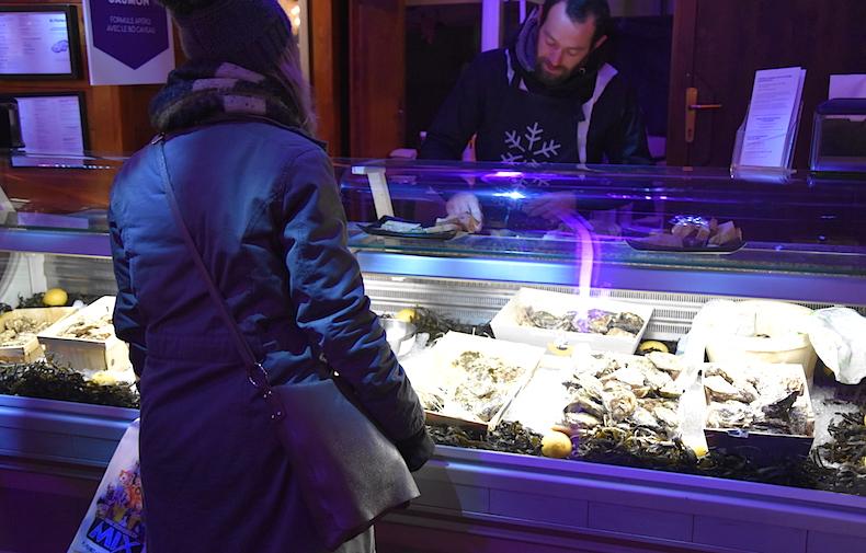 устрицы на рождественском рынке Лозанны