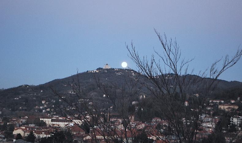 восход Луны на холме Турина