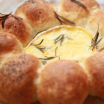 Рецепт дня: камамбер в хлебе – французская альтернатива фондю