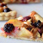 Рецепт дня: безглютеновый пирог с яблоками и ягодами